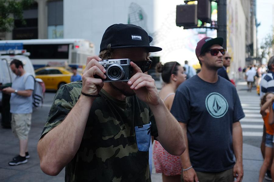 Andreas Sagmeister mit einer Kamera in der Hand