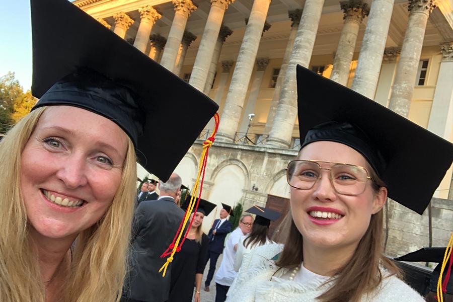 Die zwei Absolventinnen des Masterlehrganges Crossmediale Marketingkommunikation Elin Baranyai-Ulvestad und Eva Händler bei - ihrem Highlight im Masterstudium - der Sponsionsfeier